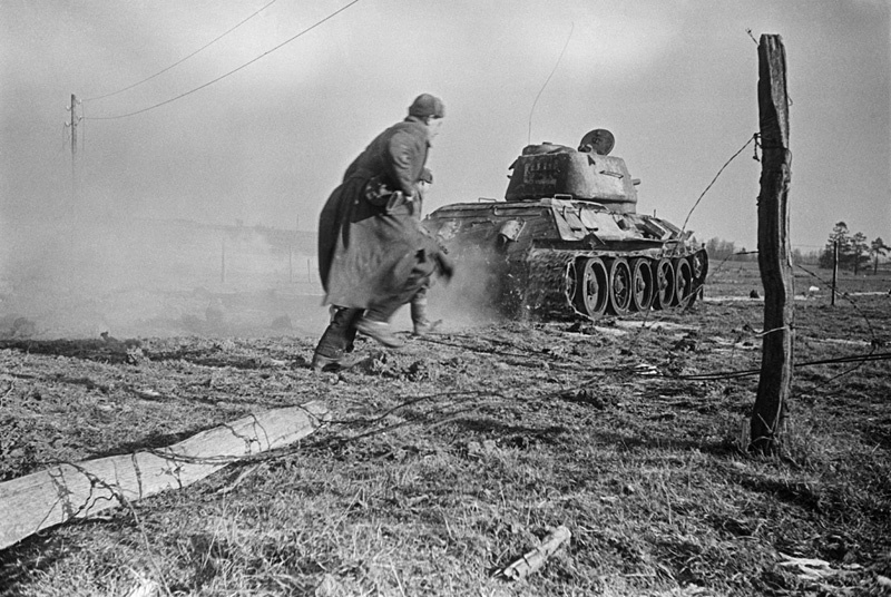 Бои в Восточной Пруссии. Танковая атака с участием пехоты. Фото – Аркадий Шайхет.