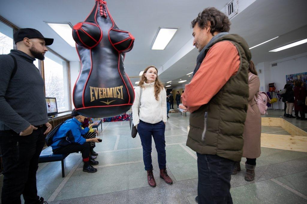 Художница Зоя Фалькова и её работа «Evermust», которую убрали с Феминнале под давлением правых националистов из организац