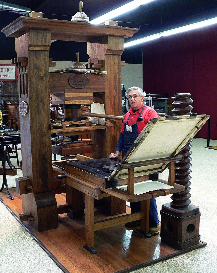"""Современная реконструкция печатного станка Гутенберга, изобретение которого сделало возможным печать """"Капитала"""""""