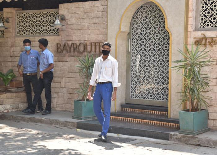 Мужчина в маске в Мумбаи, где обычно многолюдные улицы практически опустели. © Varinder Chawla/MEGA