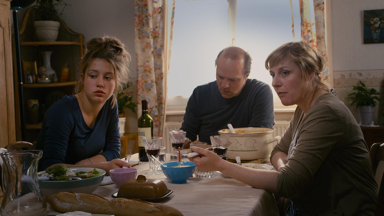 [Кадр 1]. Солярная семья с патриархом во главе. На столе— паста под соусом болоньезе и красное вино, подчеркивающее хрис