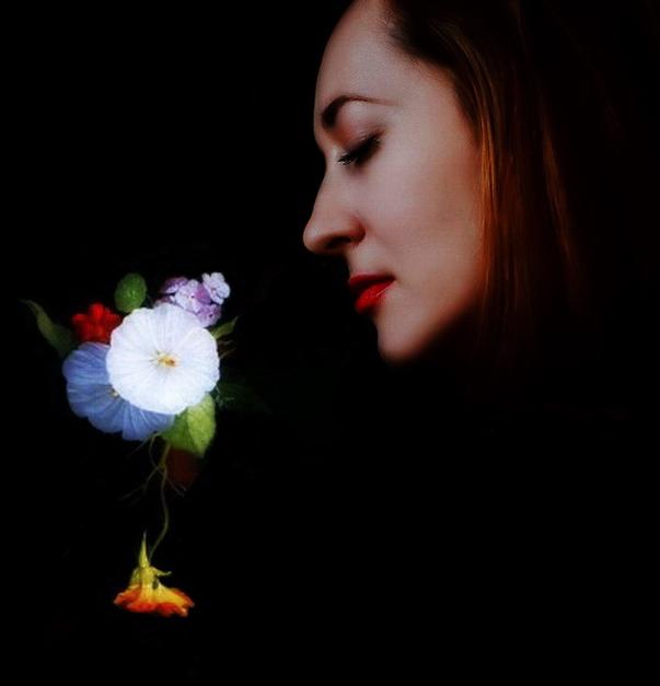 В рамках натюрморта Ивана Хруцкого и фотоизображения поэтессы Ольги Передеро — автор снимка Рустам Мусабеков.