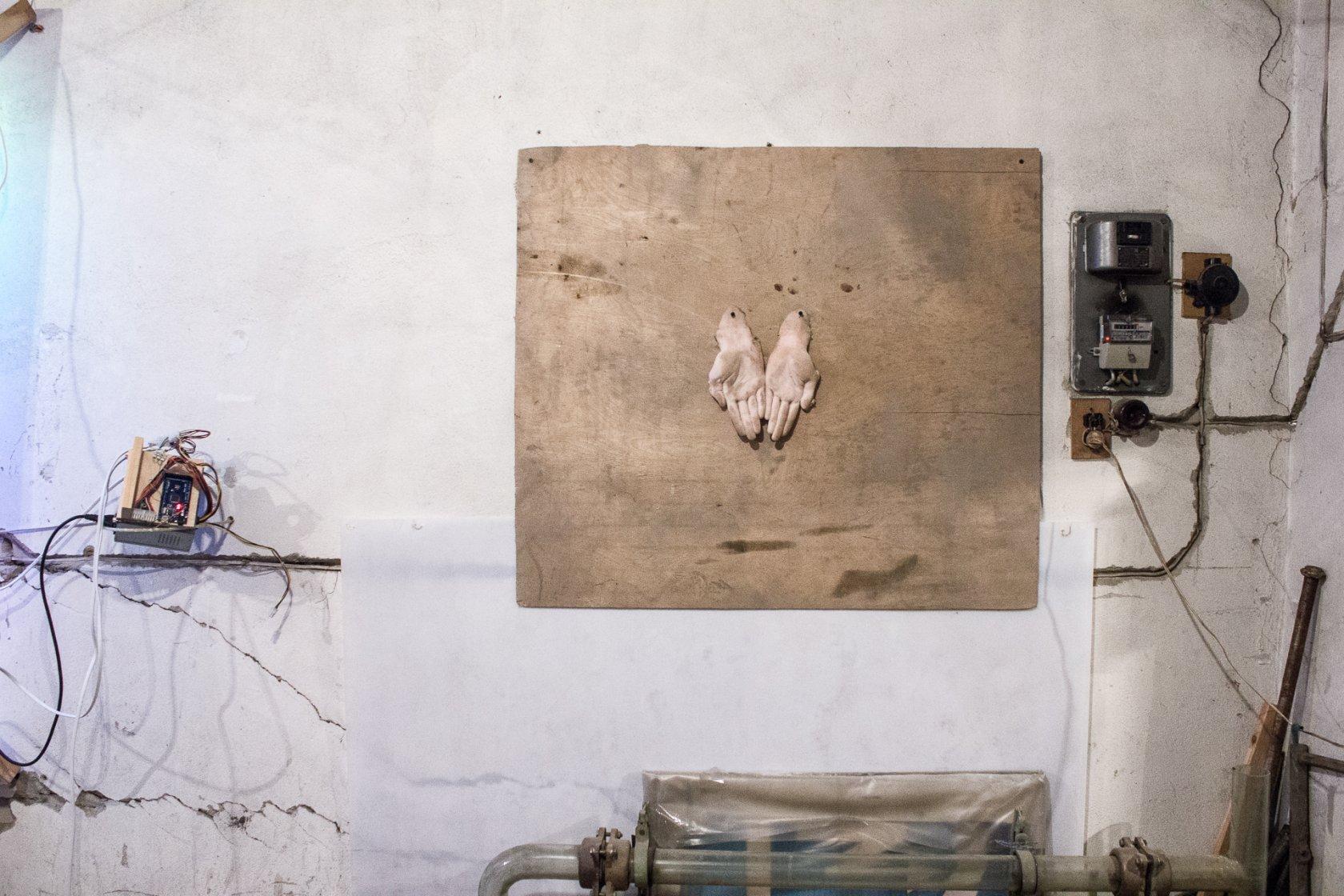 Работа Маяны Насыбулловой на выставке «Иногда они возвращаются» (15 сентября 2017 года, гараж Алексея Грищенко).