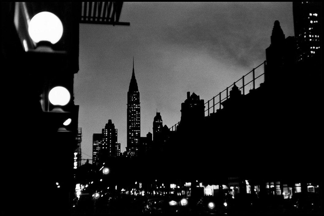 Elliott Erwitt, USA. New York City. 1955. Evening scene with the Chrysler Building.