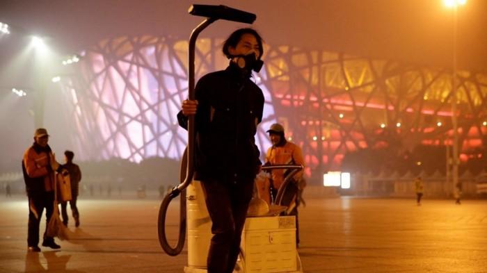 Знаменитая акция китайского художника Brother Nut по преобразованию пекинского смога в кирпичи