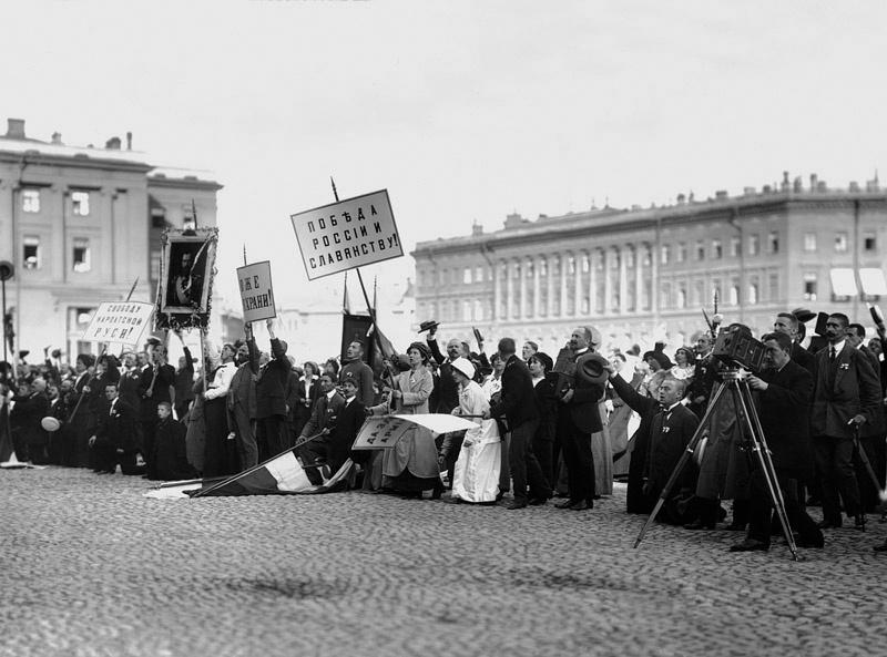 1914, август, на Дворцовой площади Петербурга в момент провозглашения манифеста о вступлении России в войну