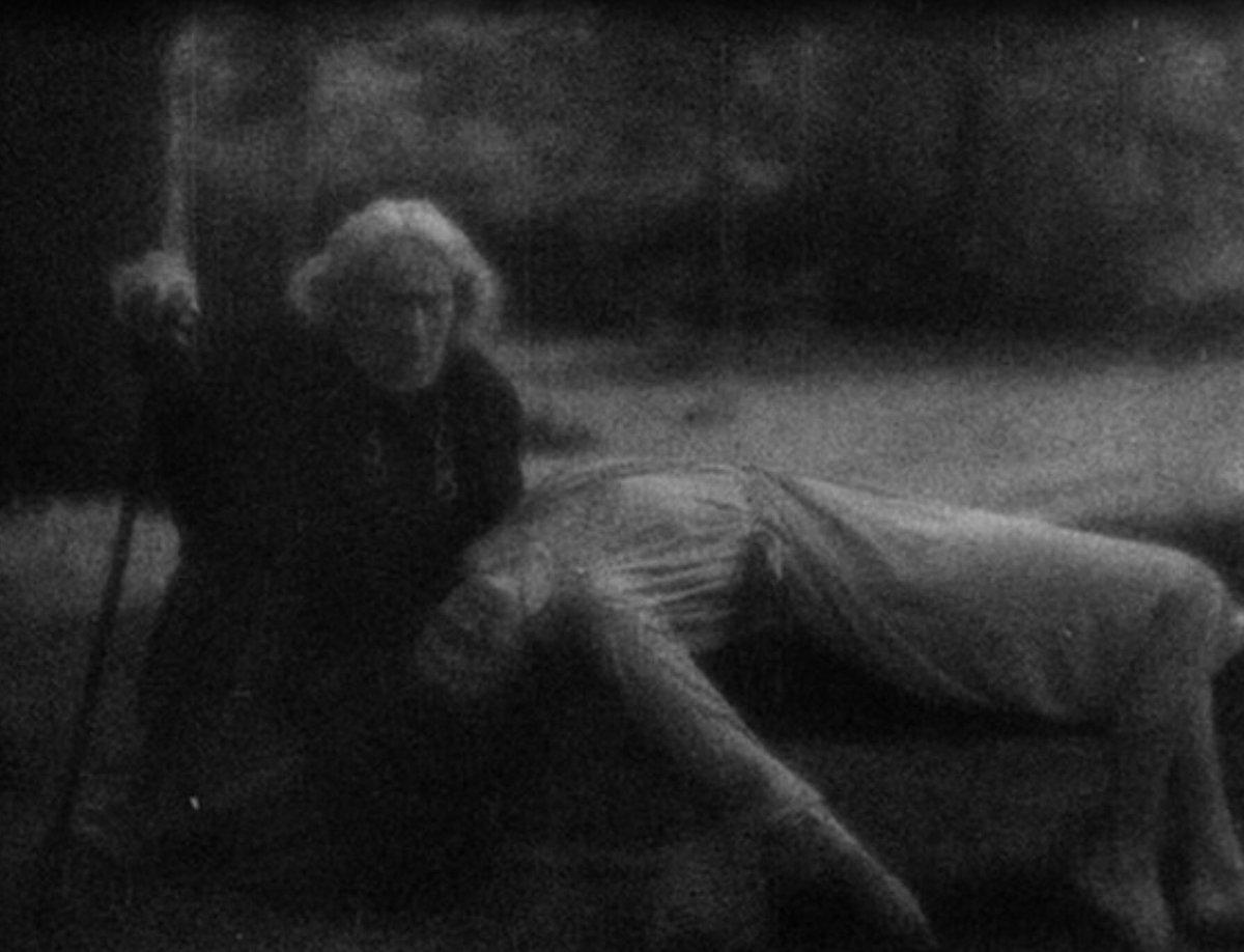 <b>Изображение 4.</b> Вампир опирается на трость во время нападения на Леону.