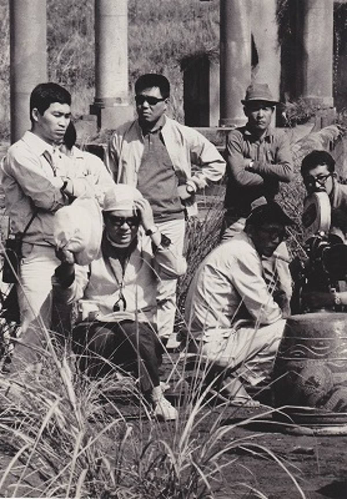 Редкое фото обоих режиссеров на съемках: Вакамацу - в кресле, Адачи - крайний слева
