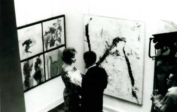 Посетители на первой выставке Гутай в Джэксон Гэллари. 1958 год. Courtesy:https://tinyurl.com/rmzj7vz