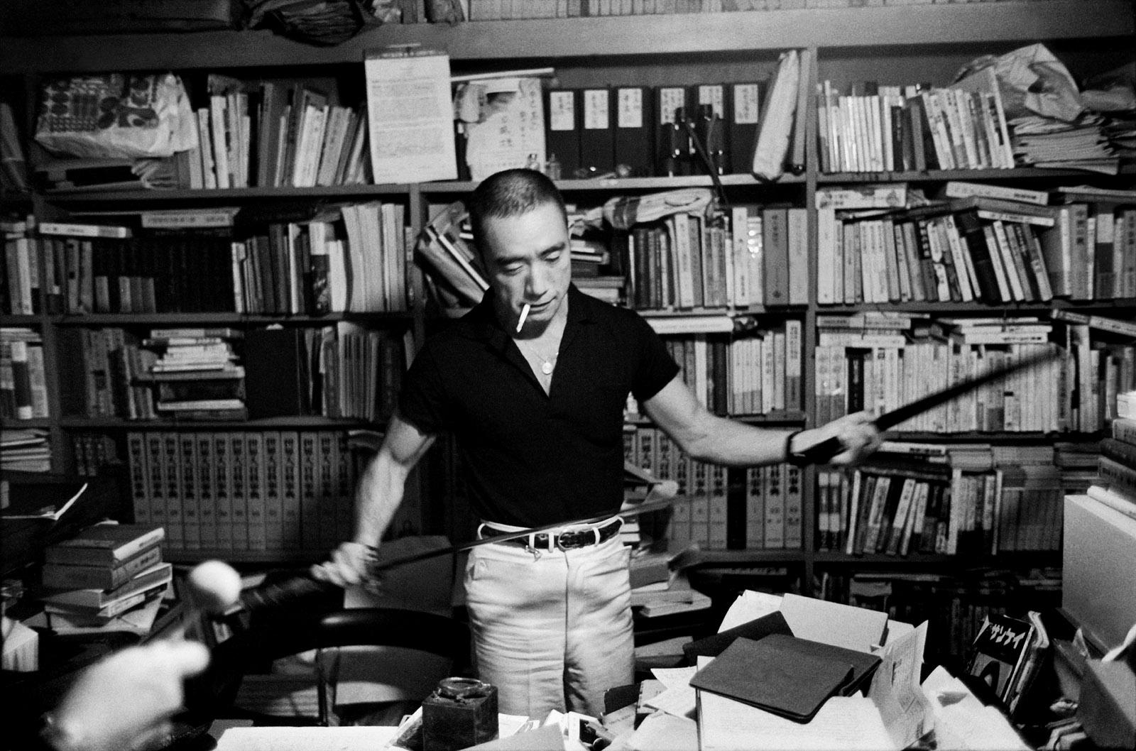 Юкио Мисима в 1970 году. Фото: Эллиот Эрвитт
