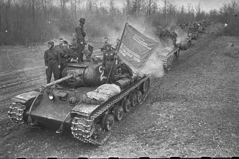 Колонна танков. Фото – Аркадий Шайхет.