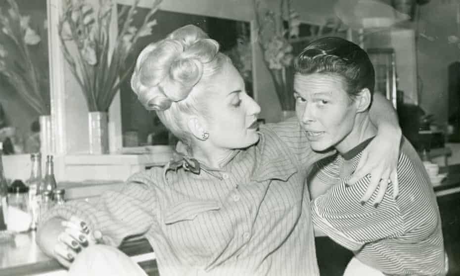Пара в лесбийском баре Mona's 440. Сан-Франциско, прибл. 1945 г. —GLBT Historical Society