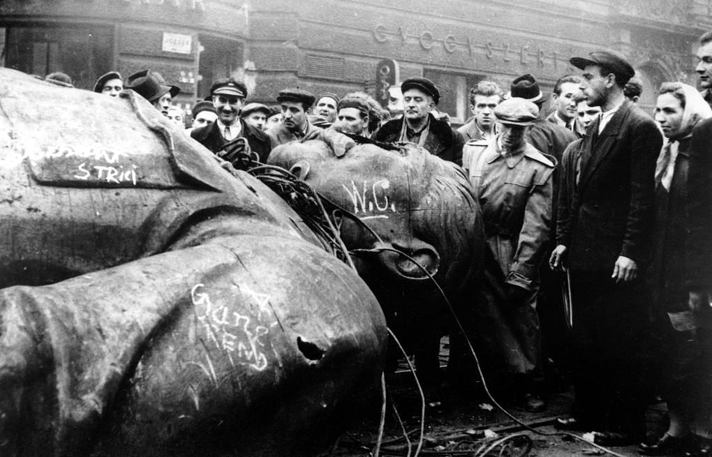 Люди у снесенного памятника Сталину. Венгрия, 1956 год