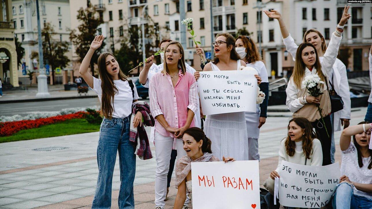 Участницы акций солидарности против насилия в Минске, 12 августа 2020 года. Фото: Svoboda