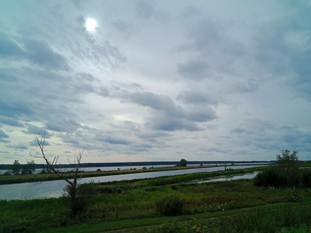 Вид на Волгу и небольшие заводи с дамбы