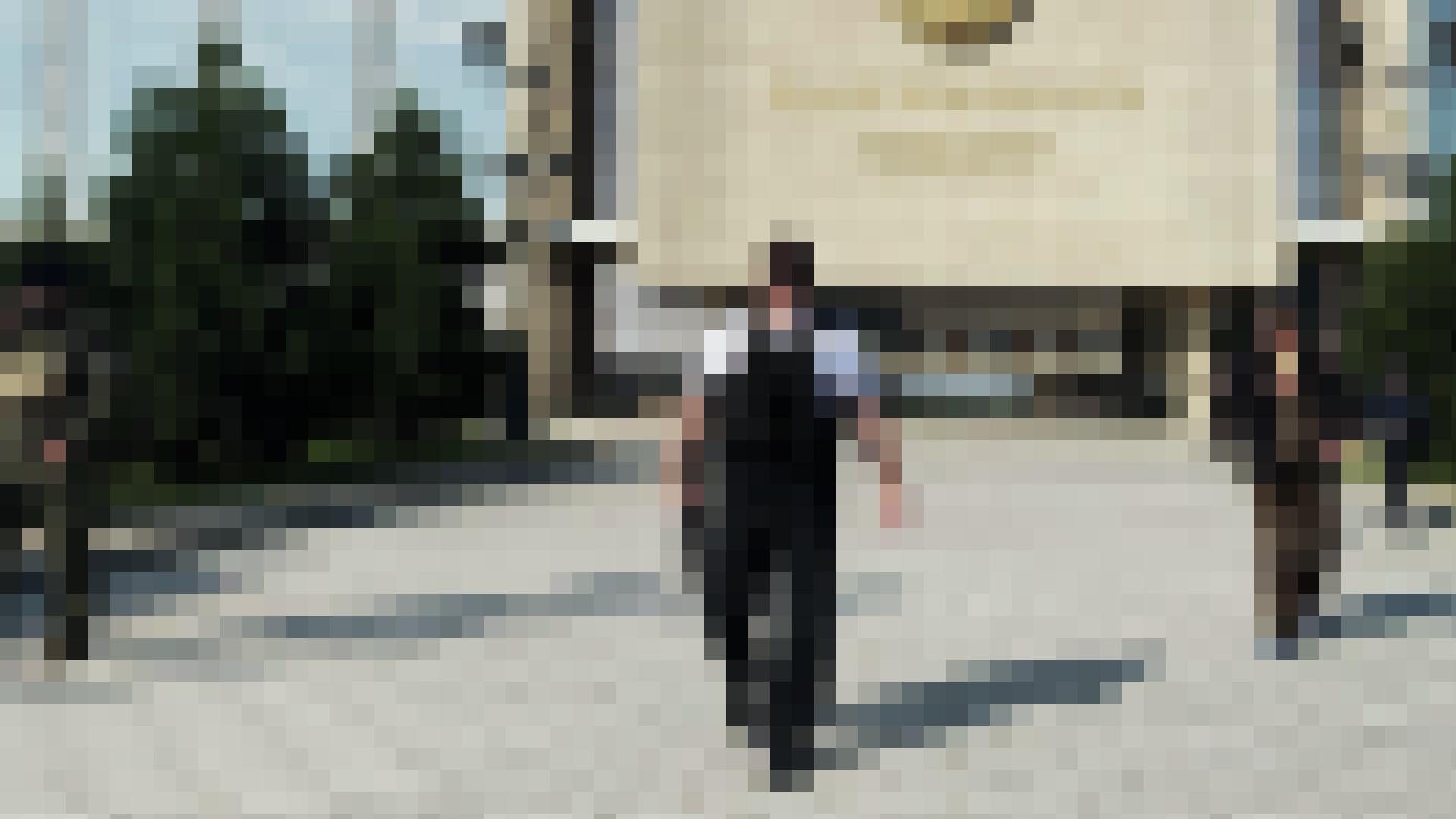 Александр Лукашенко с автоматом в руках напротив своей рабочей резиденции. Оригинал: РИА Новости