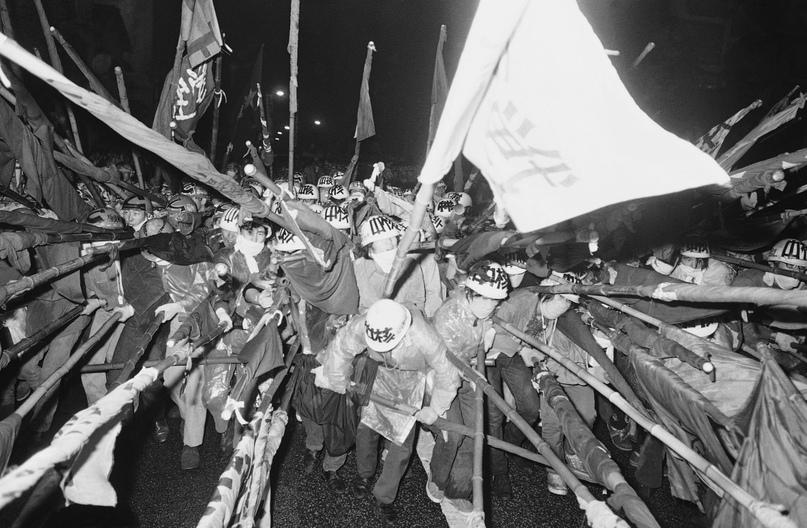 Вооруженная бамбуковыми шестами и защищенная касками группа студентов из Дзэнгакурэн рвется вперед, чтобы начать демонстр
