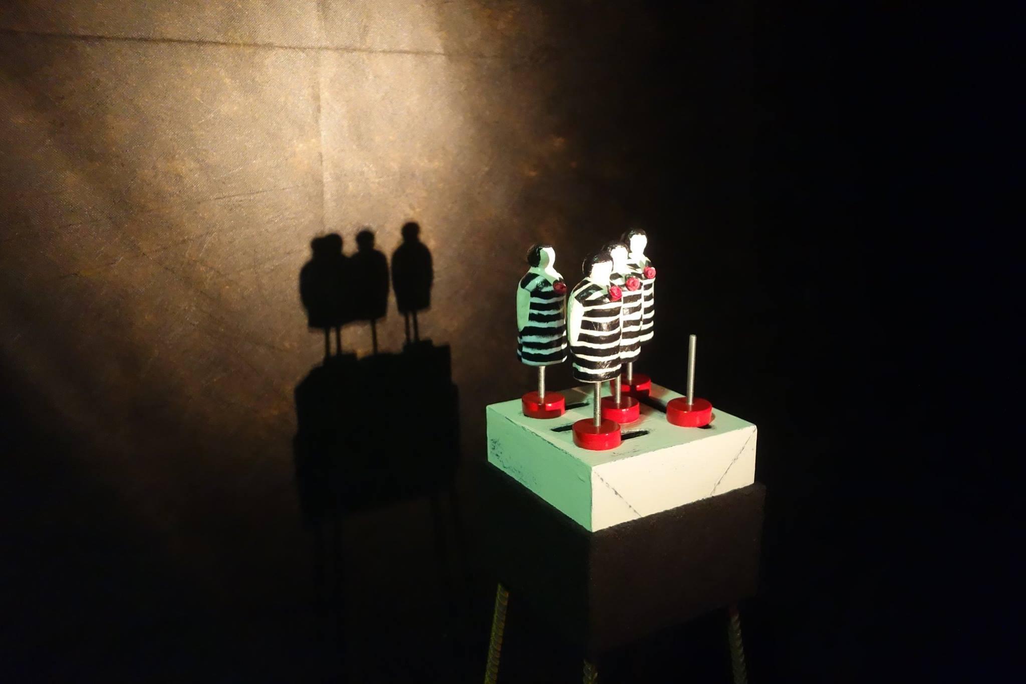 Арт-группа BERTOLLO, объект «Одна из многих» из проекта «Что делать с мёртвым другом», ноябрь 2015, лофт TRAVA, Новосибир
