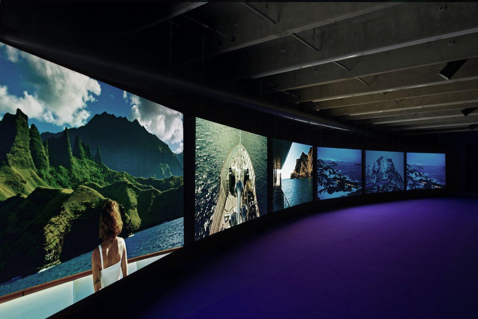 """Шестиканальная инсталляция Джона Акомфры """"Пурпур"""". <a>Источник</a>."""