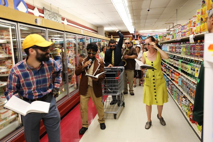 Участники Varispeed исполняют вторую часть Perfect Lives, «Supermarket». Зрители, кстати, весь день следуют за артистами.