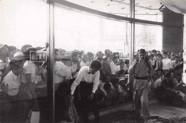 """Жорж Матьё в процессе создания работы, универмаг """"Сирокия"""", Токио. 1957 год. Фото: Франсуа Рене Ролан."""