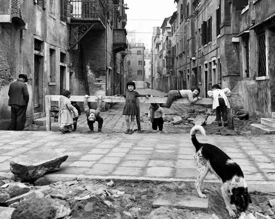 Elio Ciol, Games in Chioggia (1961) / https://www.arthillgallery.com/