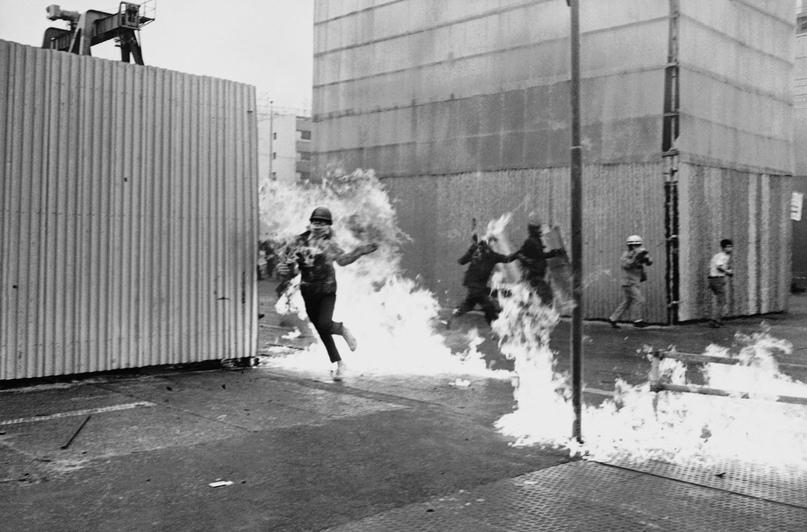 Участник демонстрации пытается спастись от огня взорвавшегося коктейля Молотова. Демонстрация в Токио 14 июня 1970 года.