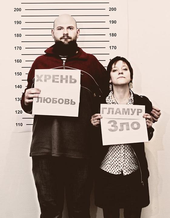Поэт Виталий Красный и художник Алина Соляр на выставке «EX:Напряжение», СЦСИ, 2011