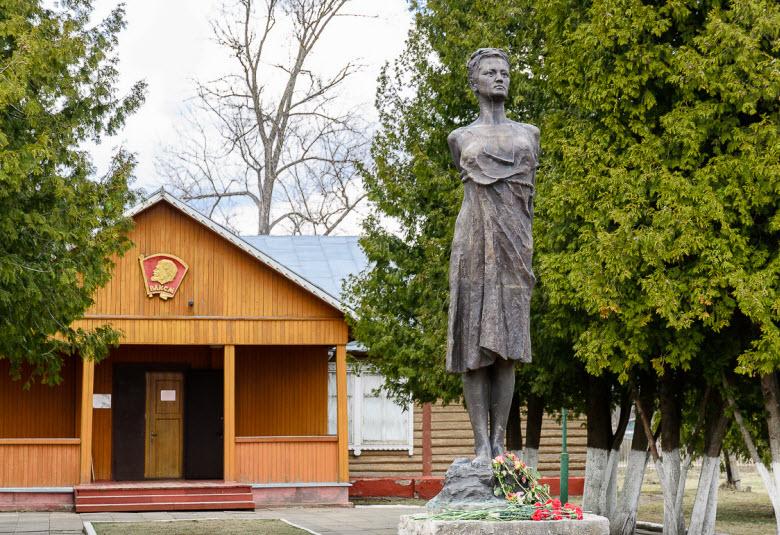 Старый музей памяти Зои Космодемьянской и скульптура работы скульпторов О. Иконникова и В. Федорова