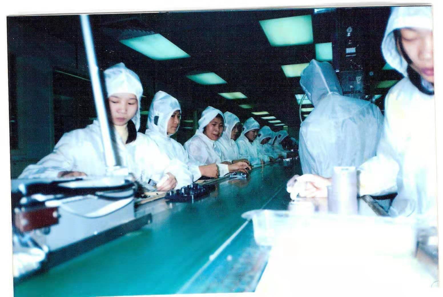 Работа на поточной линии. Фото из личного архива Чжэн Сяоцюн.