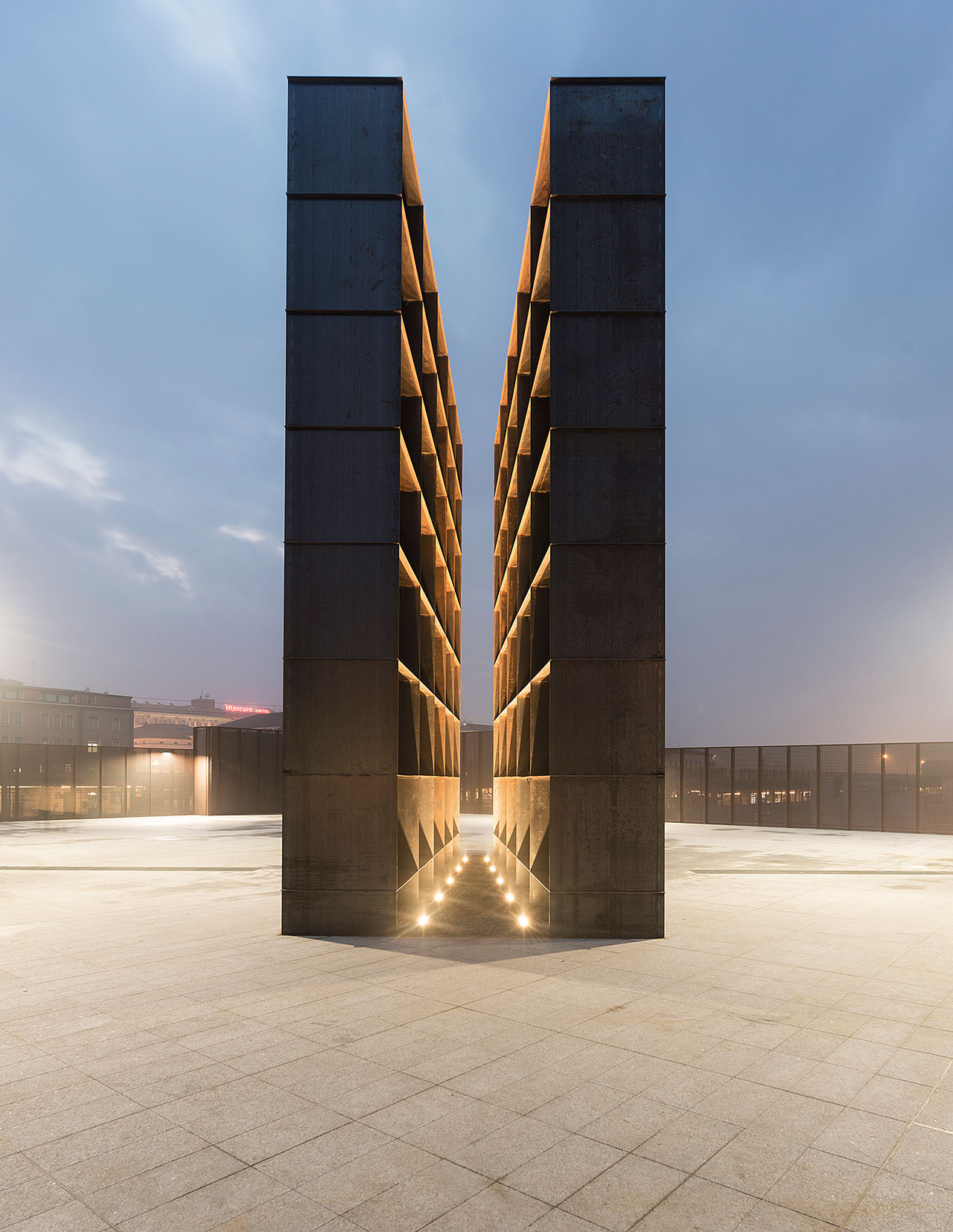Памятник жертвам Холокоста в Болонье.Мемориал состоит из двух башен, которые символизируют бараки узников концлагерей.Р