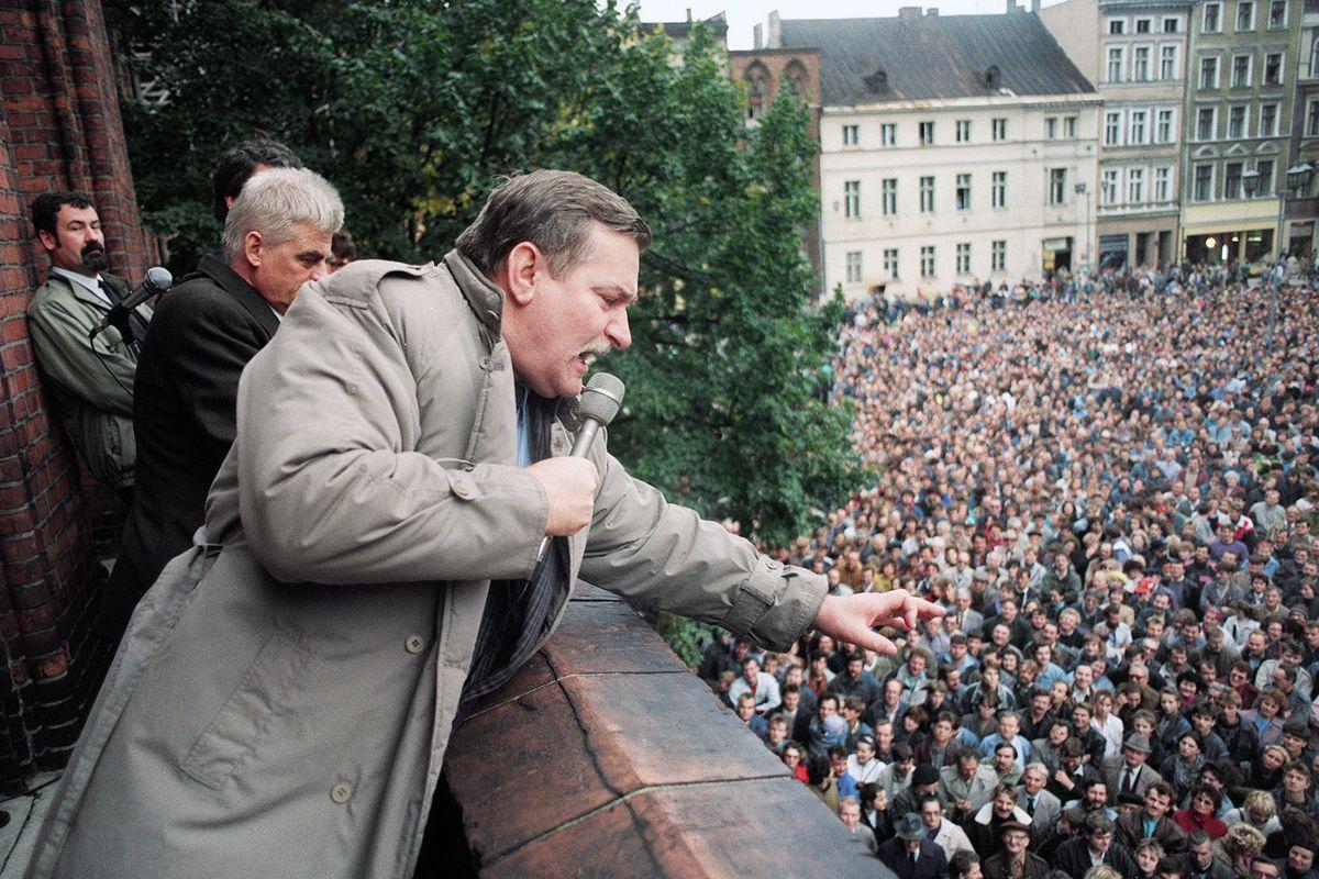 Лех Валенса выступает на митинге, 1990 год