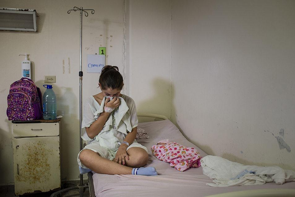 Розе Эстер 13 лет. Она только что родила дочь в больнице Сан-Мигель в Сальвадоре. Роза была жестоко изнасилована в своей