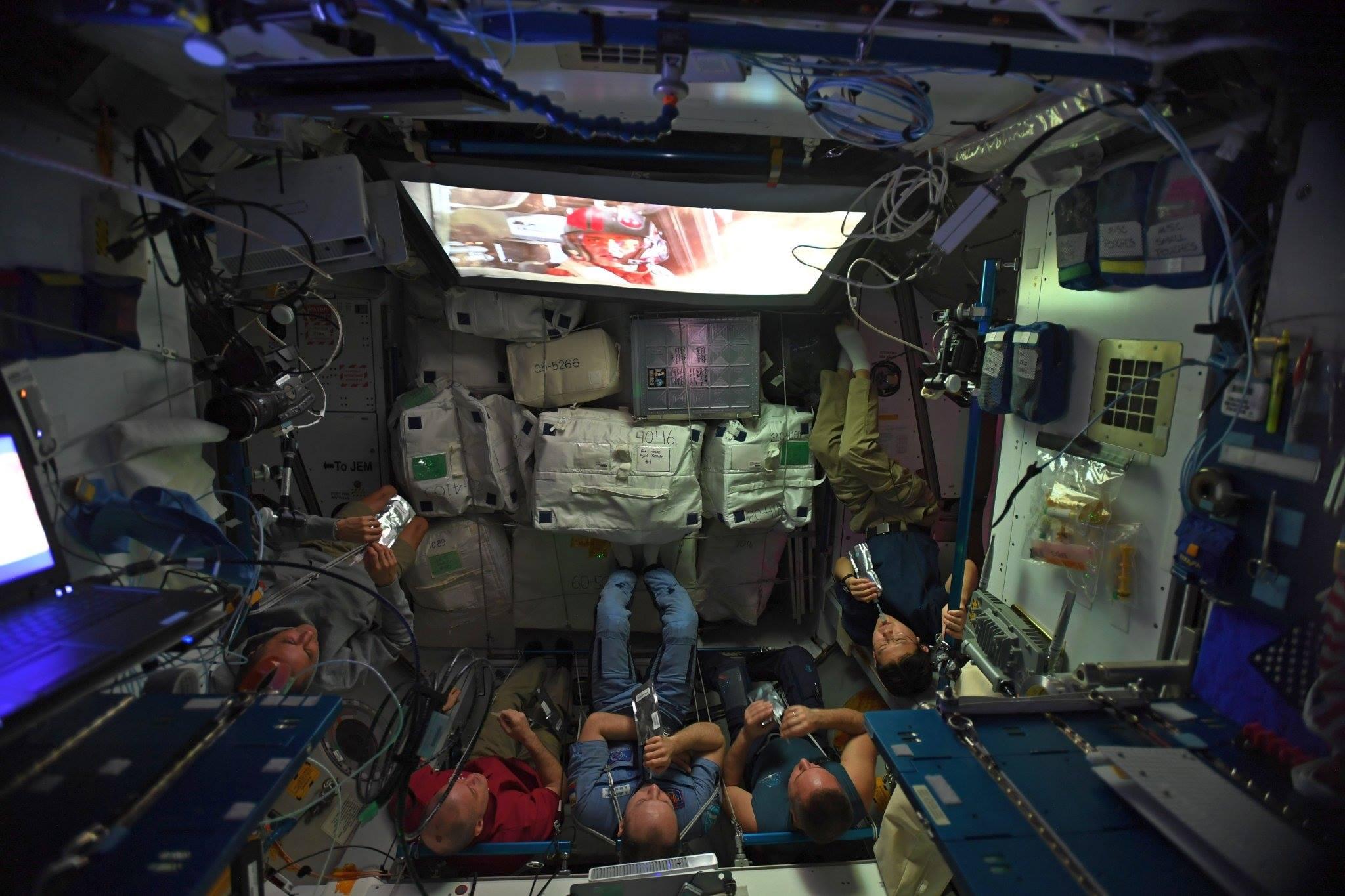 Космонавты МКС пользуются цифровой библиотекой станции.
