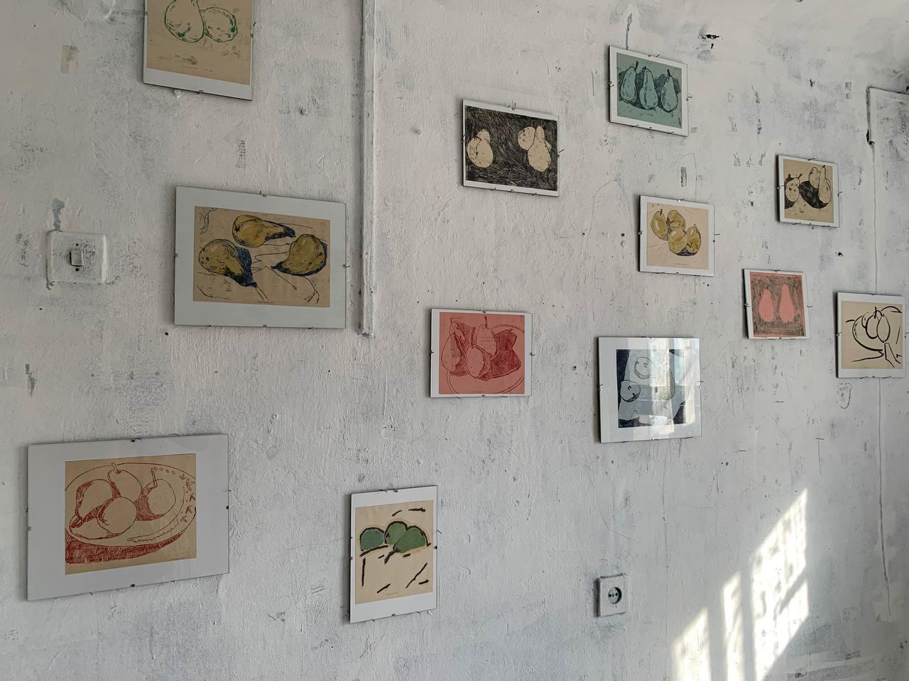 Фрагмент экспозиции «Груши. Диа- и монотипии». Галерея FFTN, Санкт-Петербург, 2021.
