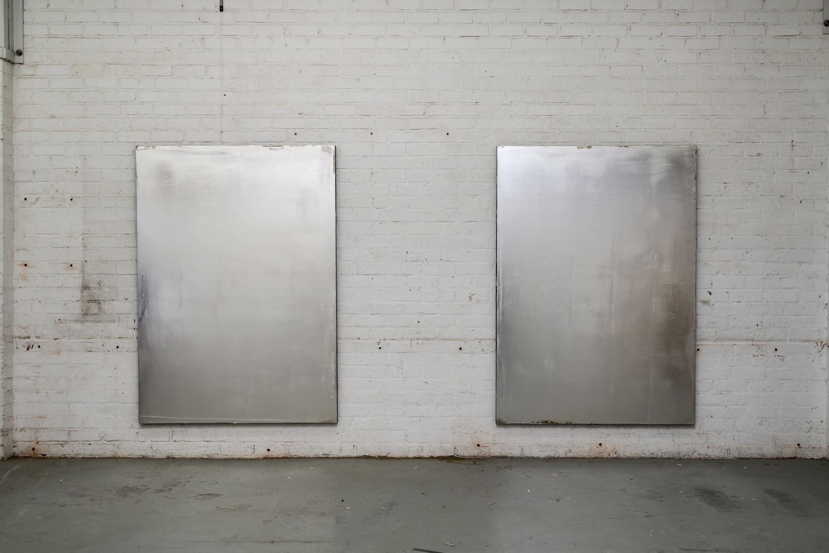 "Джейкоб Кассей (р. 1984, США), ""Без названия"", 2013, акрил и серебро на холсте"