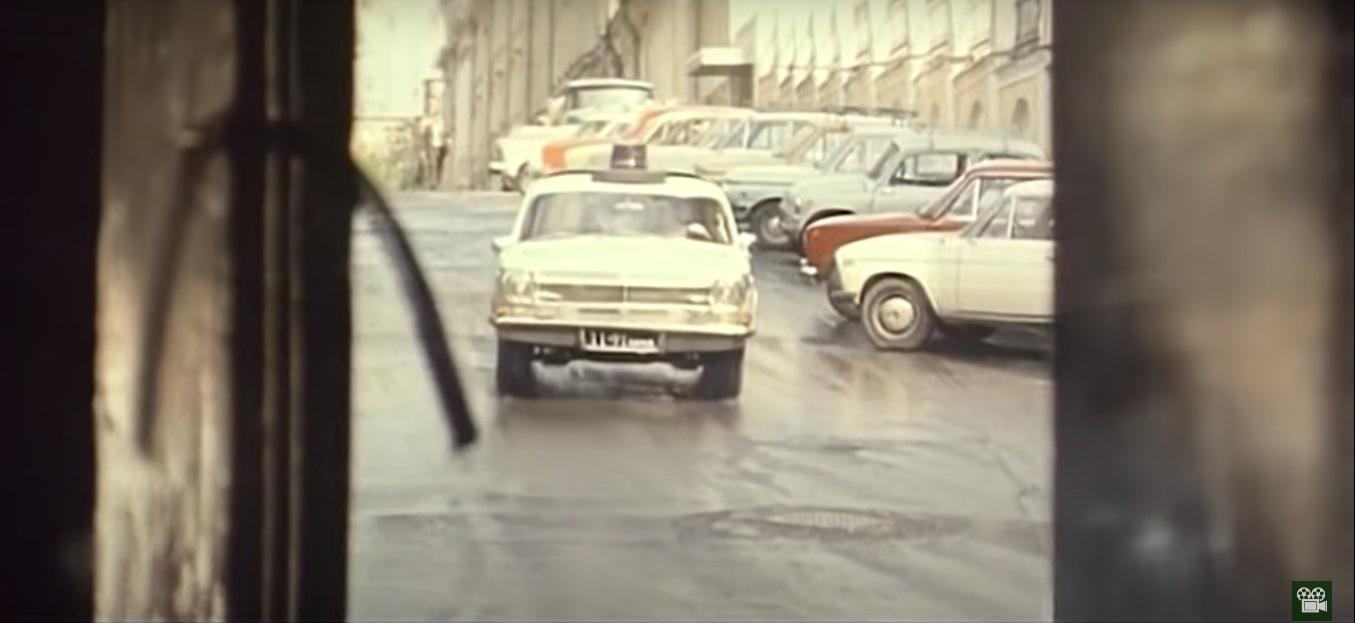 Практически документальные кадры, снятые то ли из двери, то ли из оконного проёма