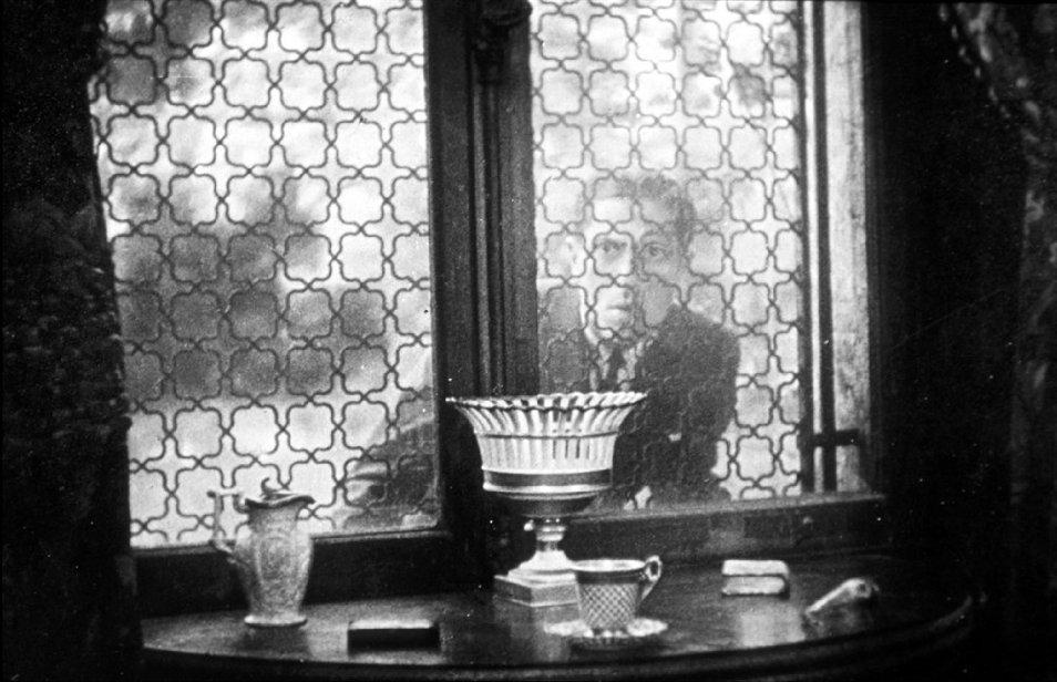 <b>Изображение 1.</b> Аллан Грей заглядывает в окно поместья