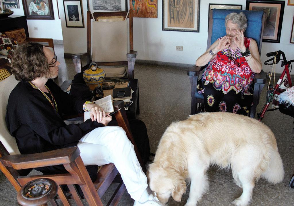 Домашний питомец писательницы вышел к интервью. Архив автора.