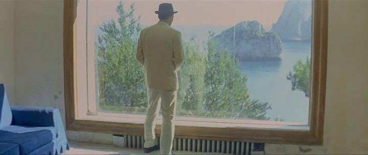 Интерьер виллы Малапарте. Герой Мишеля Пикколи рассматривает скалы