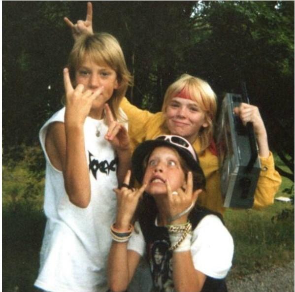 Тут, однако, подростки слушают кое-что потяжелее - группу Morbid. Но, думаю, в 70-е Neon Rose воспринимали так же.