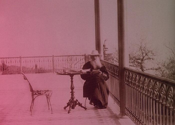 Толстой мав погляди, до яких хотіли примазатись революціонери, але їх терористична діяльність була протилежною ідеям ан