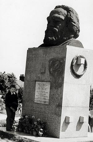 Одиннадцатилетний Валерий Подорога на могиле Карла Маркса. Лондон, 1957 год