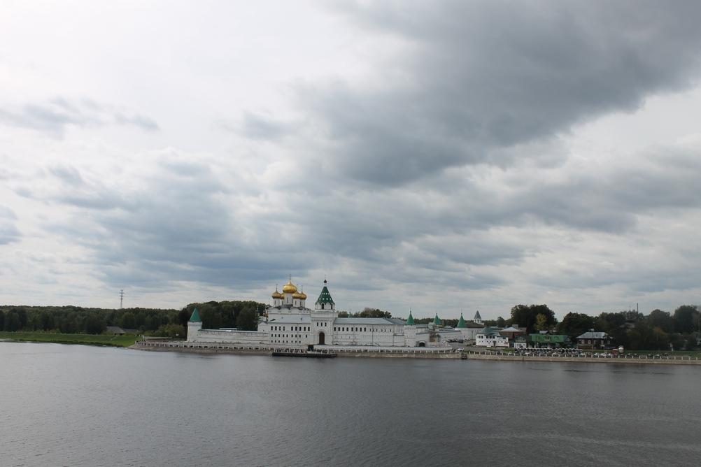 Ипатьевский монастырь на берегу реки Костромы