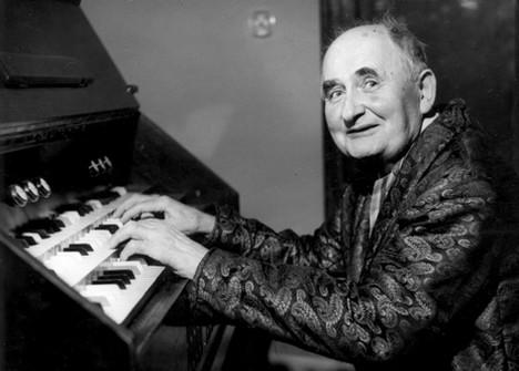 Алоис Хаба, композитор, разрабатывал четвертитоновую композицию