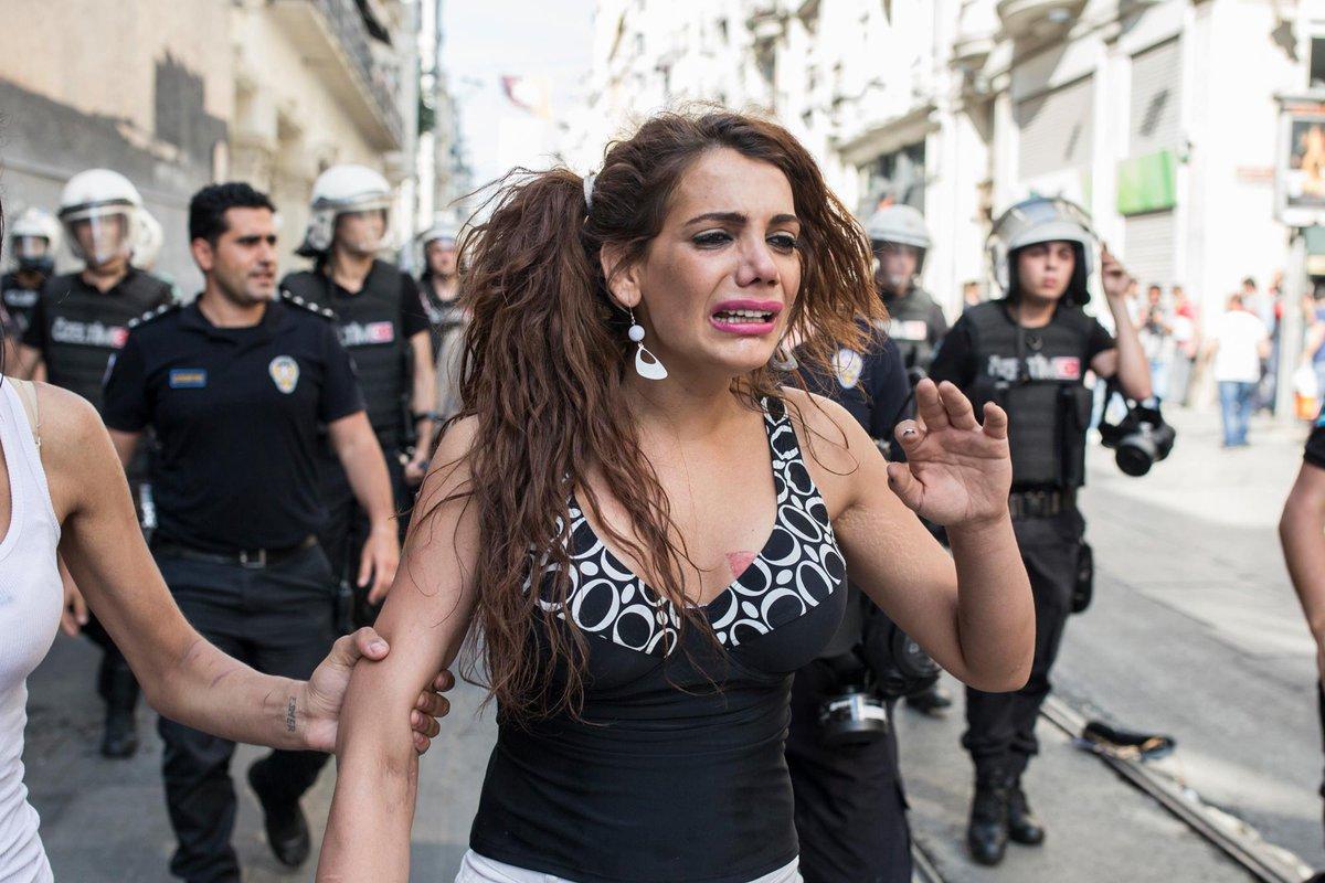 Ханде Кадер на незаконном прайде. Стамбул, 2015 г. — Şener Yılmaz Aslan/MOKU