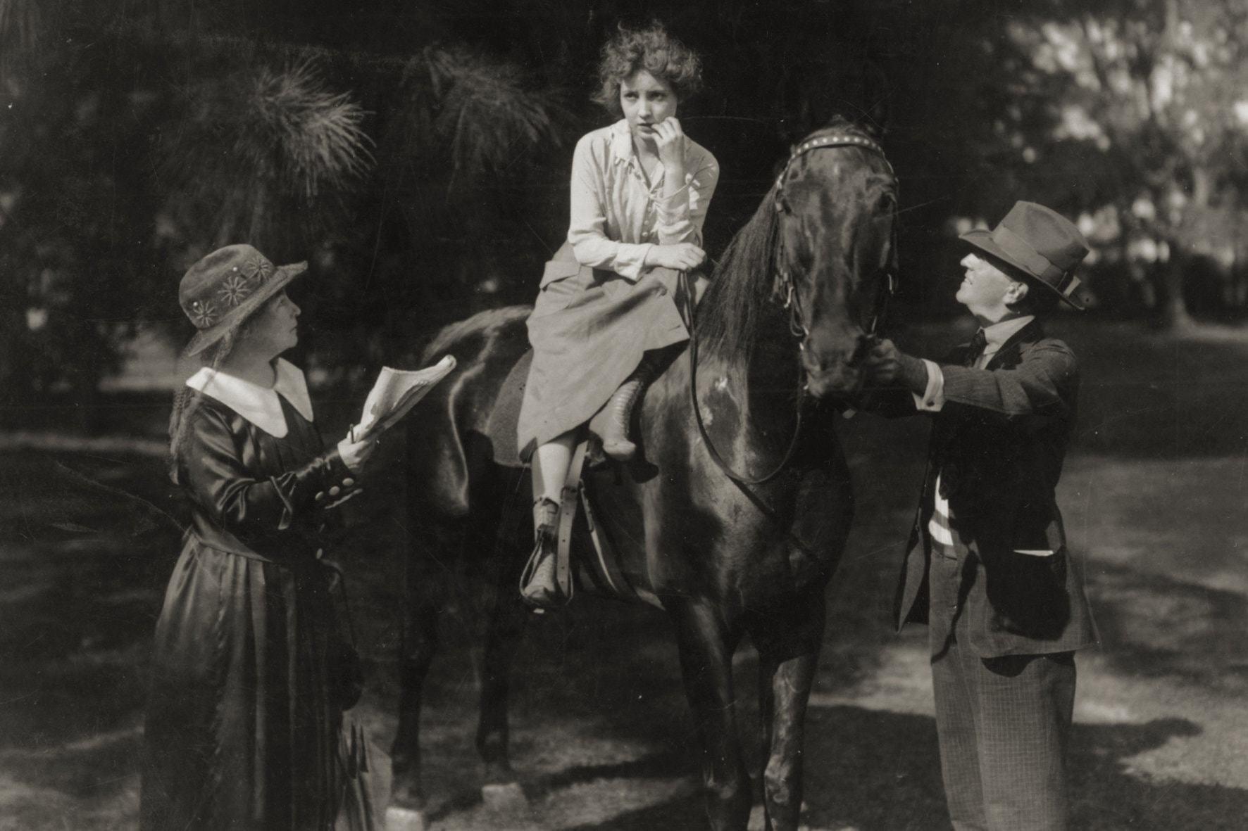 Алис Ги-Блаше и Бесси Лав на съемках фильма «Большое приключение» (1918)