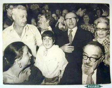 Редкое фото Ариэль Шарон (слева) с женой Лили (сидит слева) и Менахем Бегин с женой Ализой