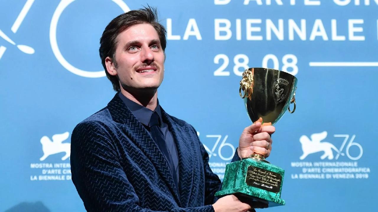 Лука Маринелли получает Кубок Вольпи за лучшую мужскую роль, Венеция, 2019