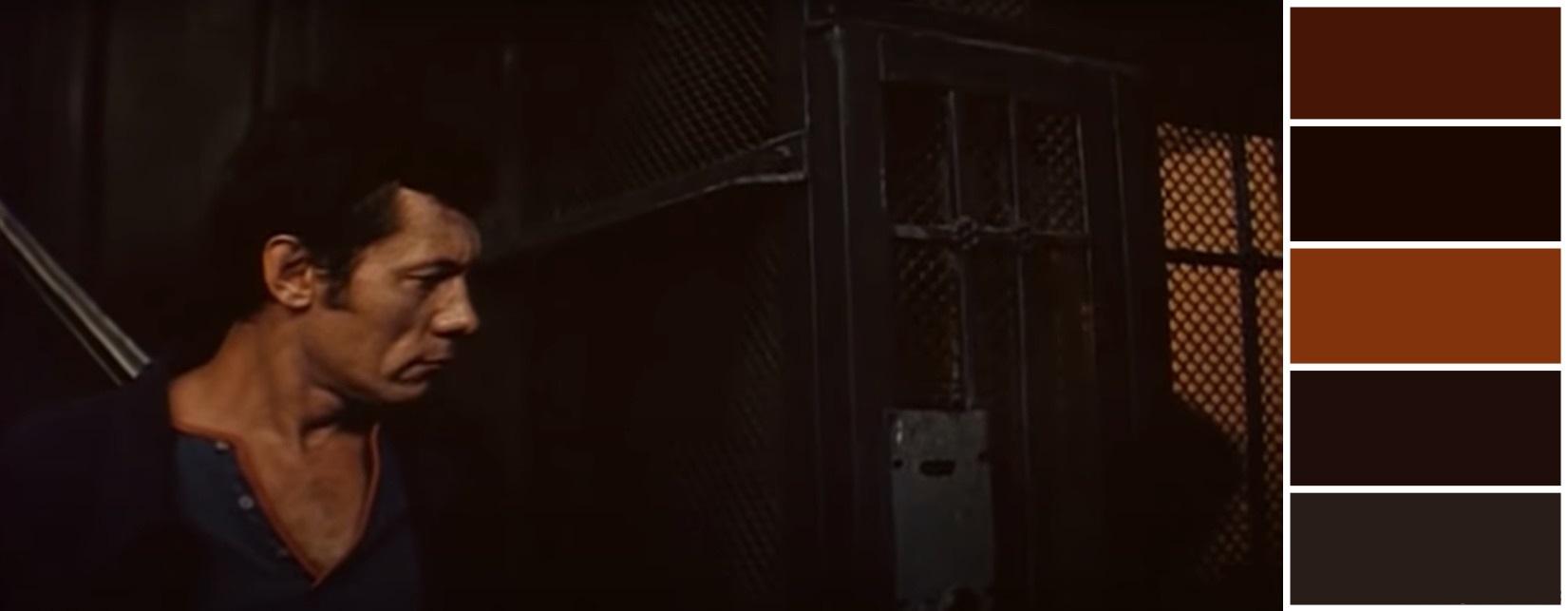 Лестница, решётка лифта, приглушенные цвета - всё как в правильном детективе